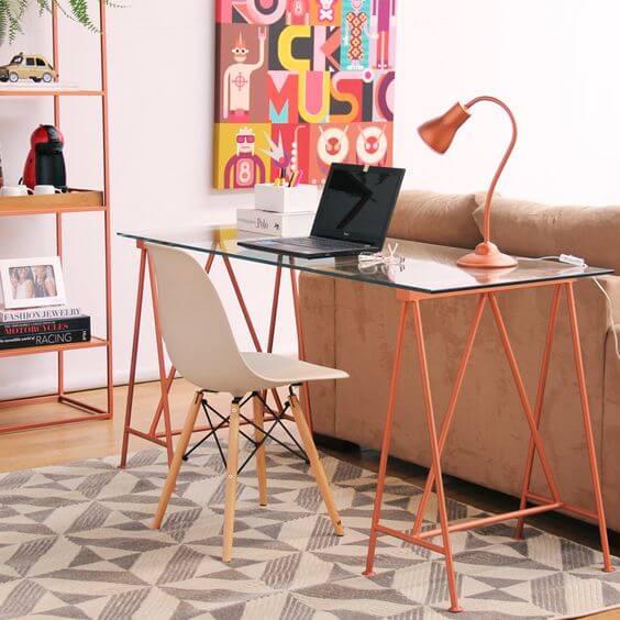 Sala de estar com mesa de escritório de vidro e cadeira eames branca