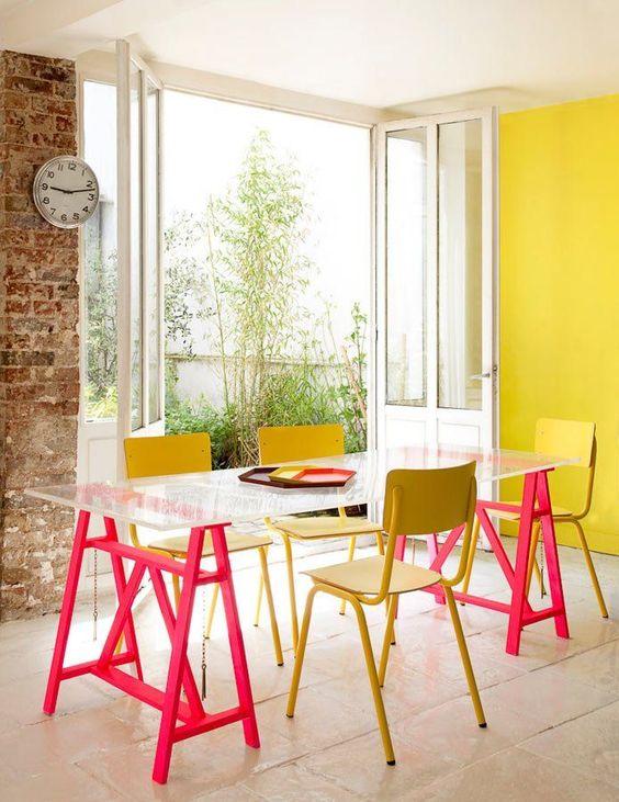 Mesa de jantar de vidro com estrutura de cavalete pink