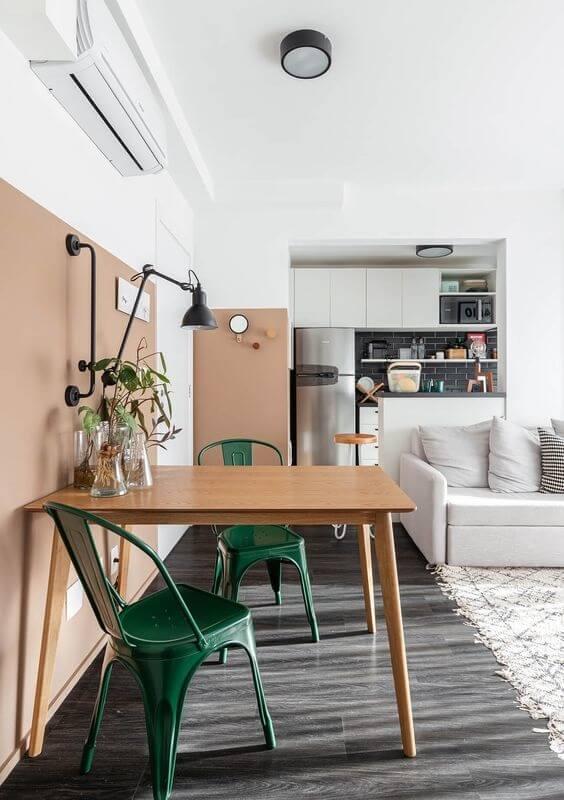 Mesa de madeira e cadeira verde escuro para decoração de sala de jantar pequena integrada com sala de estar Foto Histórias de Casa