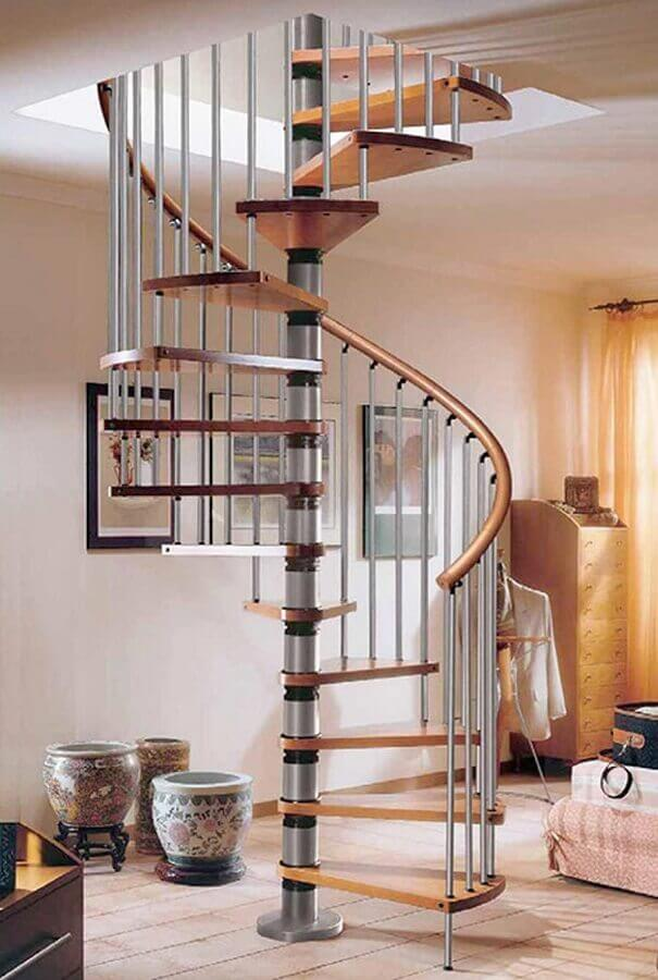 modelo de escada espiral simples com degraus de madeira e estrutura de ferro Foto Pinterest