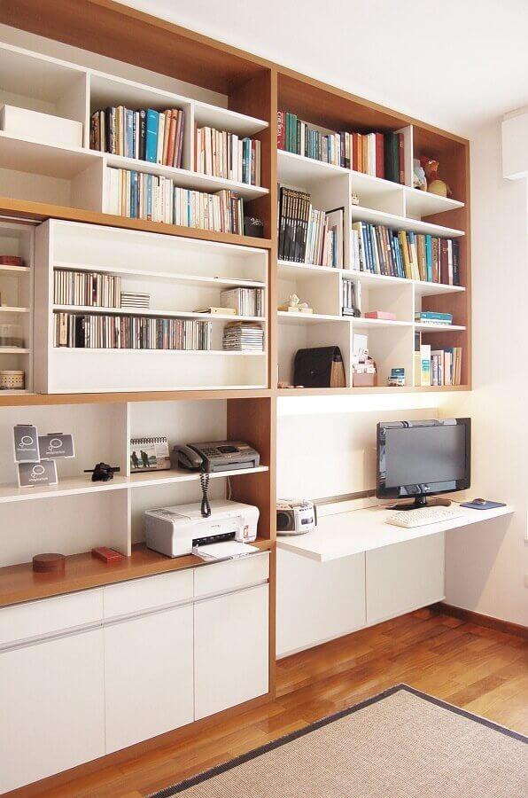 Mesa para home office na sala perto da estante moderna