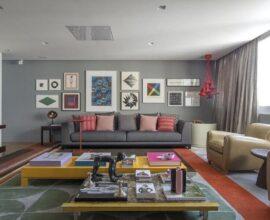 objetos de decoração para sala grande com vários quadros de parede e tapete colorido Foto Antônio Ferreira Júnior e Mário Celso Bernardes