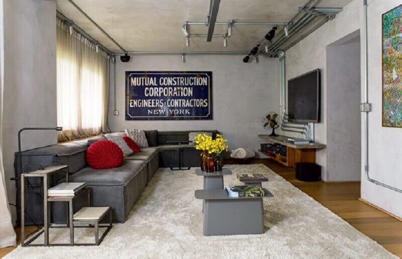 parede de cimento queimado para sala de estar cinza decorada com tubulação cromada Foto Carol Combina