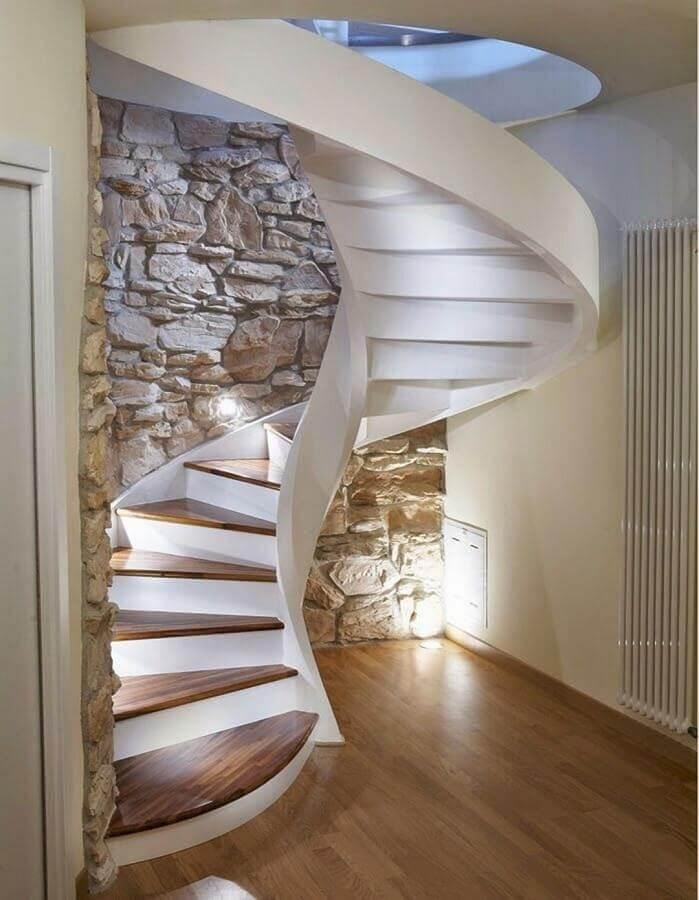 parede de pedra para decoração de casa com escada espiral Foto Pinterest