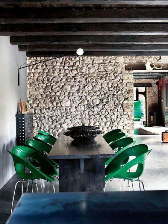 Parede de pedra rústica para decoração de sala de jantar com cadeira verde moderna  Foto Decoholic