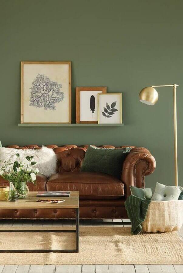 Parede decorada para sala na cor verde musgo e sofá chesterfield de couro marrom