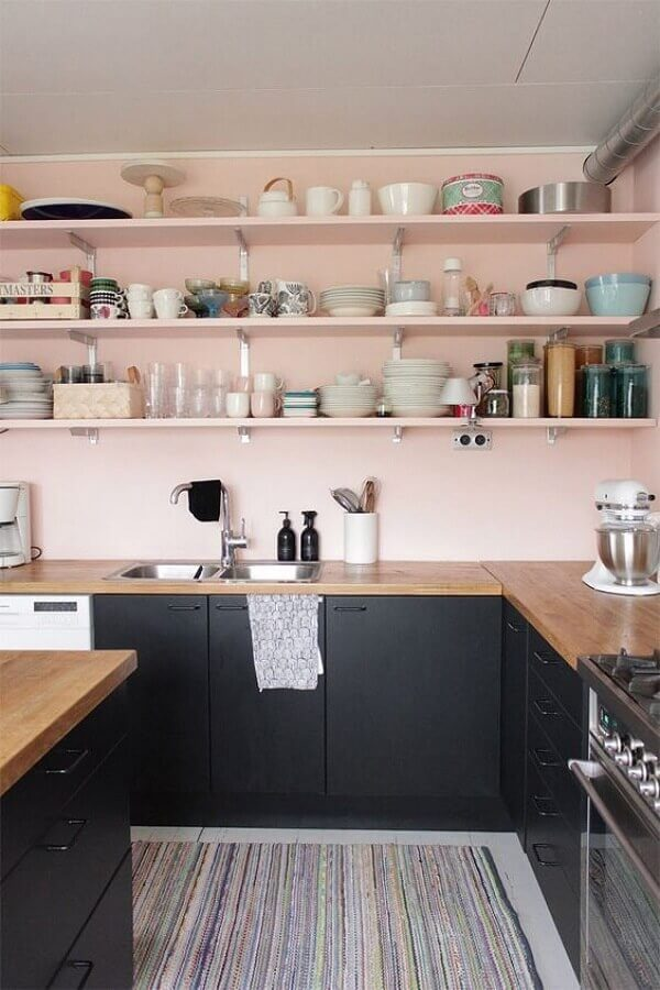 parede rosa chá para cozinha decorada com gabinete preto e bancada de madeira Foto Architecture Art Designs