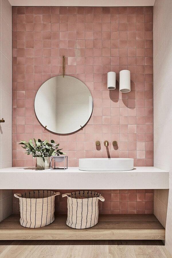 parede rosa chá para decoração de banheiro com espelho redondo Foto Pinterest