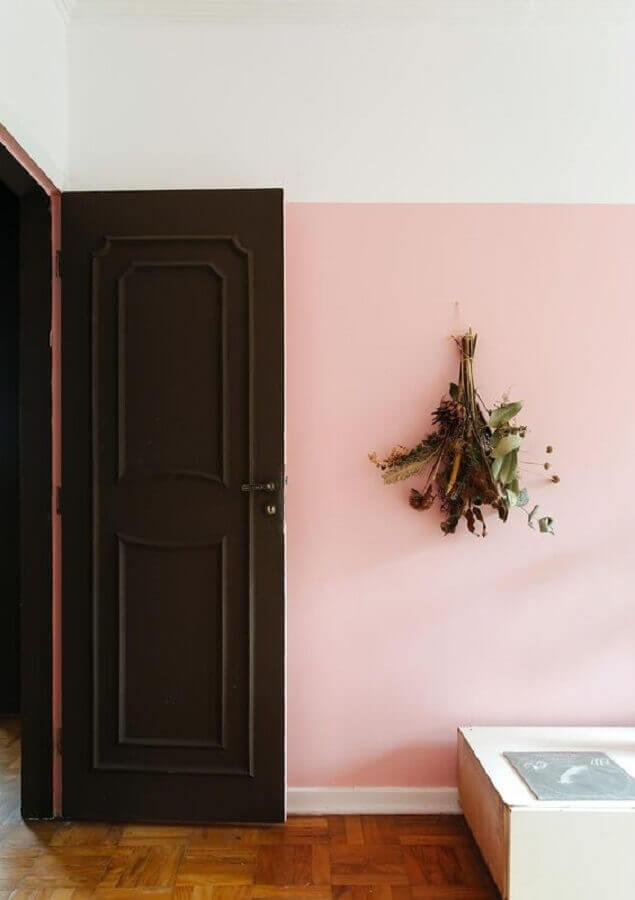 parede rosa chá para decoração de casa com porta de madeira Foto Histórias de Casa