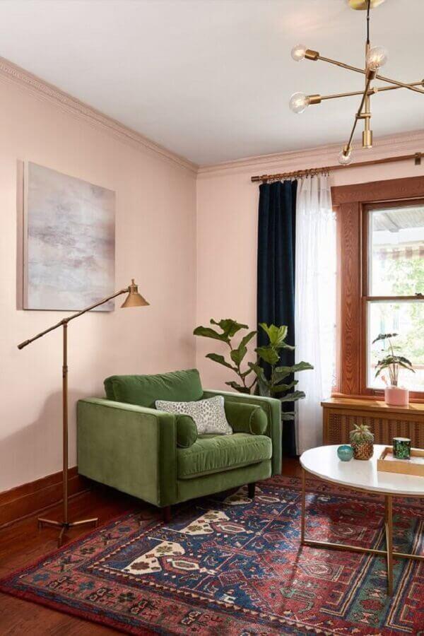 parede rosa chá para decoração de sala com poltrona verde musgo Foto Histórias de Casa
