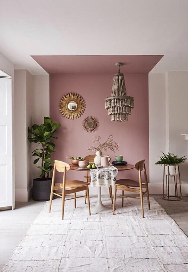 parede rosa chá para sala de jantar decorada com mesa redonda de madeira Foto Apartment Therapy
