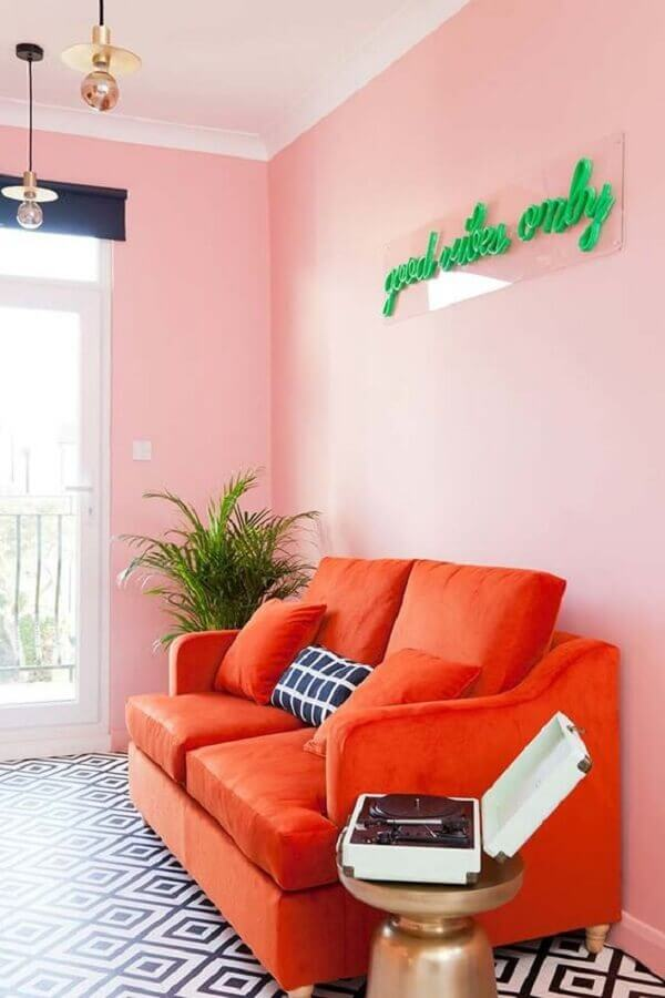 parede rosa chá para sala simples decorada com sofá laranja Foto Pinterest