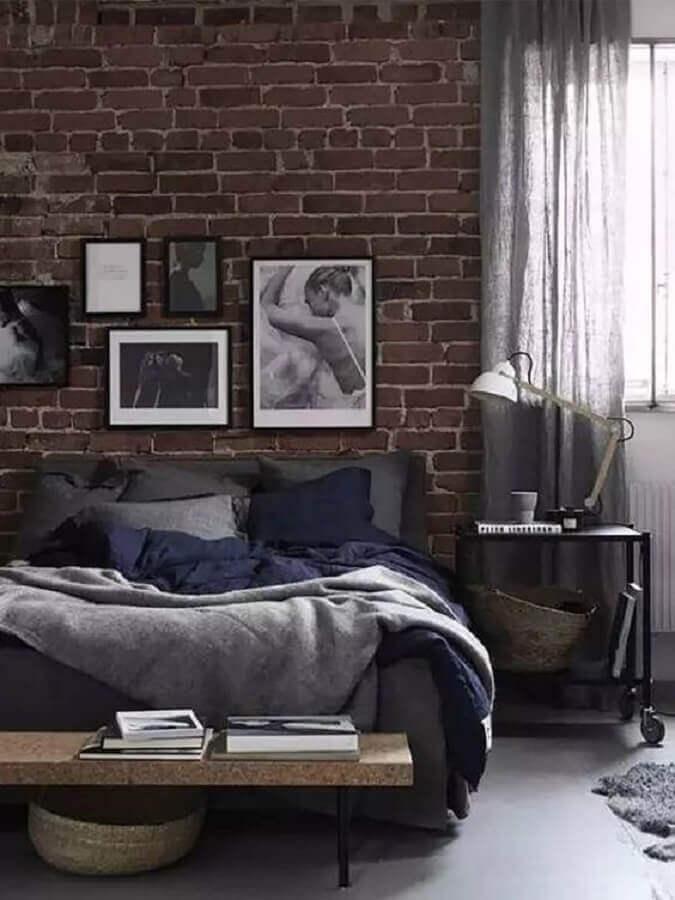 parede tijolinho para decoração de quarto industrial com banco de madeira Foto Man of Many