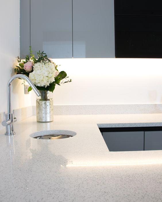 Pedra para bancada de cozinha pequena em U com silestone branco stellar