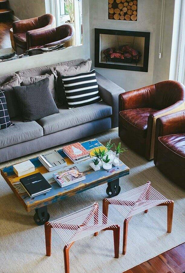 poltronas de couro para decoração de sala com lareira de canto Foto Pinterest