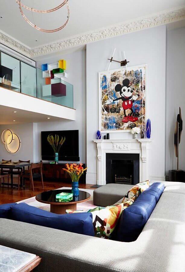 quadro grande para decoração de sala com lareira clássica e sofá de canto  Foto Home Fashion Trend