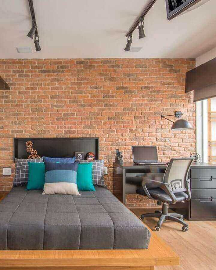 quarto com escritório decorado com parede de tijolinho e escrivaninha preta Foto Gigi & Silva Sued