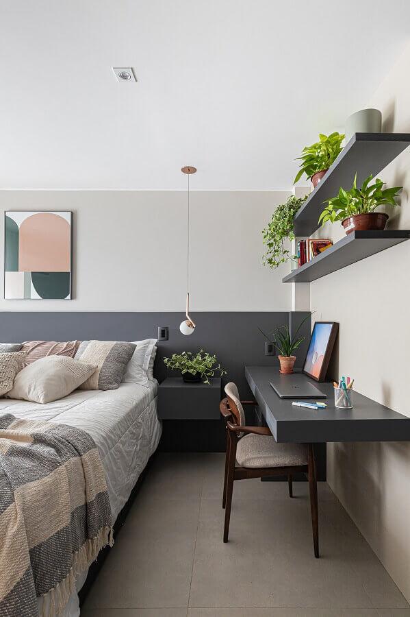 quarto de casal cinza e branco decorado com bancada suspensa para escritório Foto Histórias de Casa
