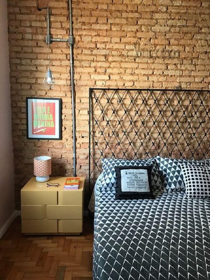 quarto estilo industrial decorado com parede tijolinho e cabeceira de ferro Foto Perfeita Ordem
