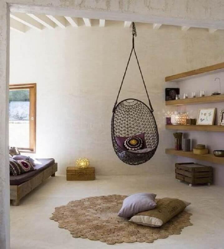 Quarto rústico decorado com prateleiras de madeira e cadeira suspensa de balanço  Foto Pinterest