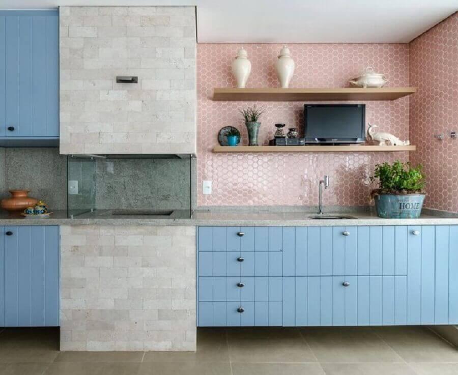 revestimento cor de rosa chá para varanda gourmet decorada com armário azul e churrasqueira de vidro Foto Andrea Murao