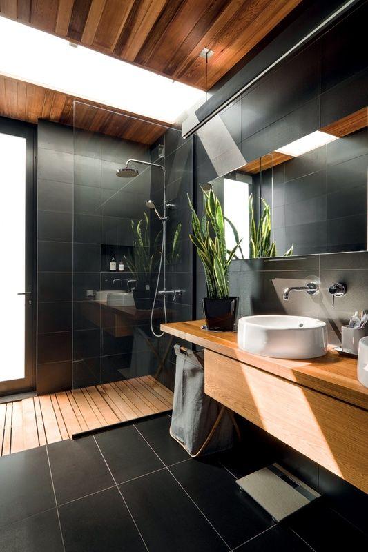 revestimento preto para banheiro grande moderno decorado com detalhes em madeira Foto Futurist Architecture