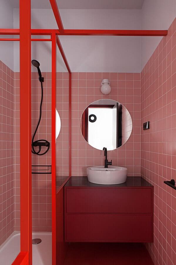 revestimento rosa chá para decoração de banheiro pequeno com gabinete suspenso Foto Futurist Architecture