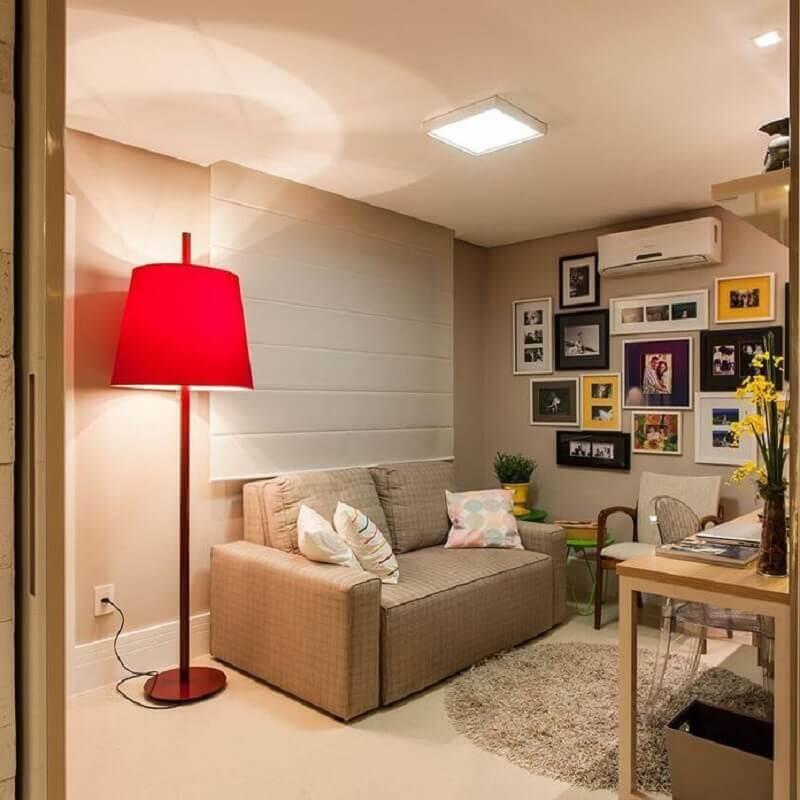 sala bege simples decorada com abajur de pé alto vermelho Foto Pinterest