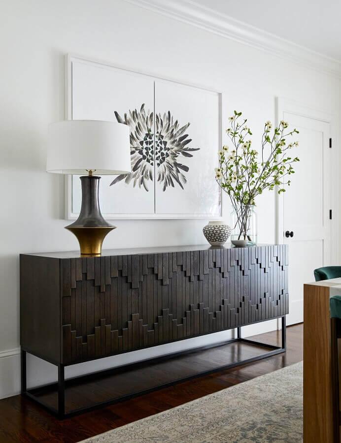 sala branca decorada com buffet de madeira com detalhe 3D nas portas Foto Braun  + Adams