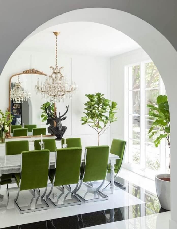 Sala branca decorada com lustre de cristal e cadeira de jantar verde Foto Pinterest
