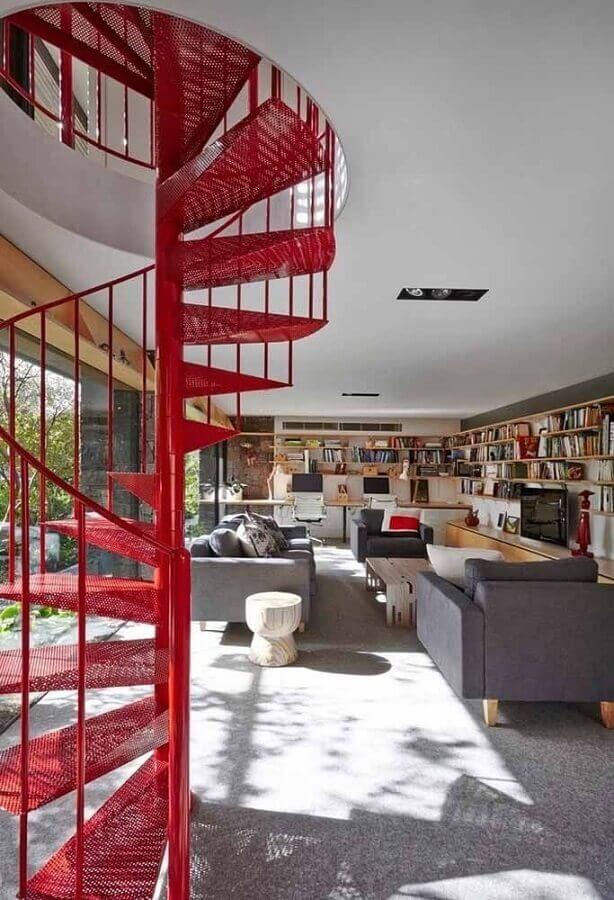 sala cinza decorada com escada em espiral vermelha Foto Houzz