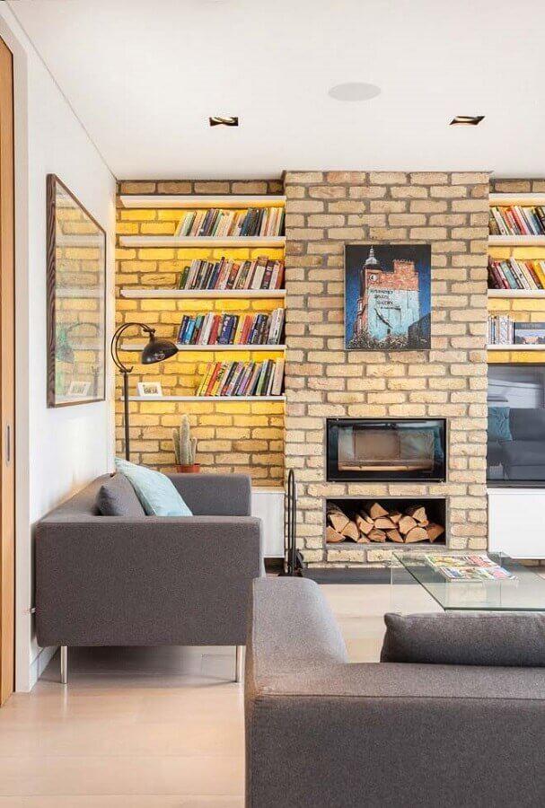 sala com lareira decorada com prateleiras para livros e revestimento tijolinho Foto Houzz