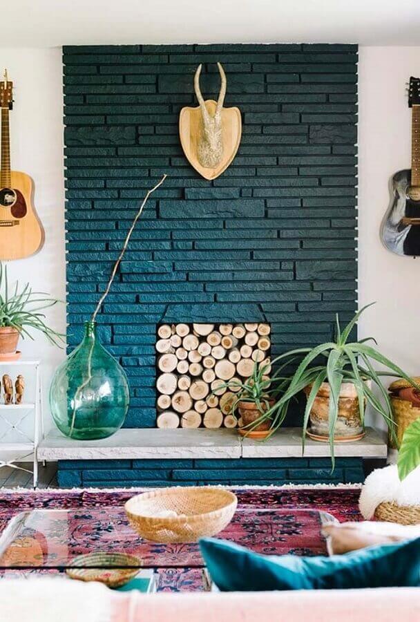 sala com lareira rústica decorada com mesa de centro de vidro Foto Pinterest