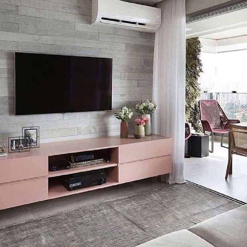 sala de TV decorada com rack cor rosa chá Foto Pinterest