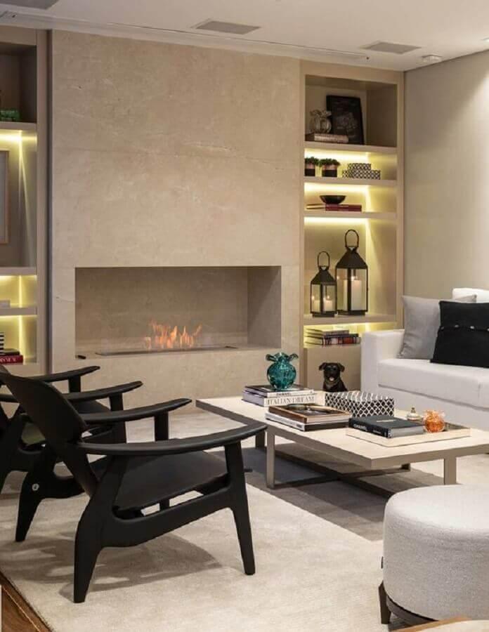 sala de estar com lareira a gás decorada com poltronas pretas Foto Casa de Valentina