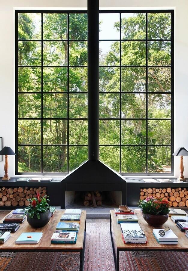 sala de estar com lareira rústica decorada com amplas janelas Foto Home Fashion Trend
