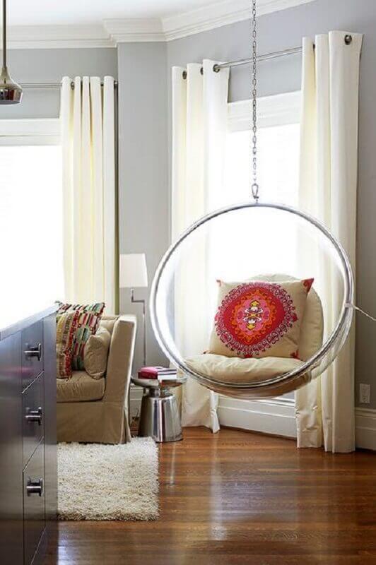 Sala de estar decorada com cadeira de balanço moderna suspensa Foto Fashionismo