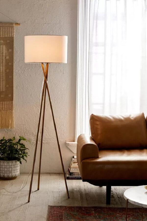 dala de estar decorada com sofá de couro e abajur de pé Foto Urban Outfitters
