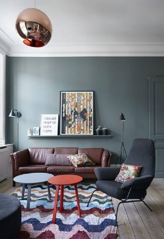 Sala de estar decorada com tapete colorido e poltrona preta