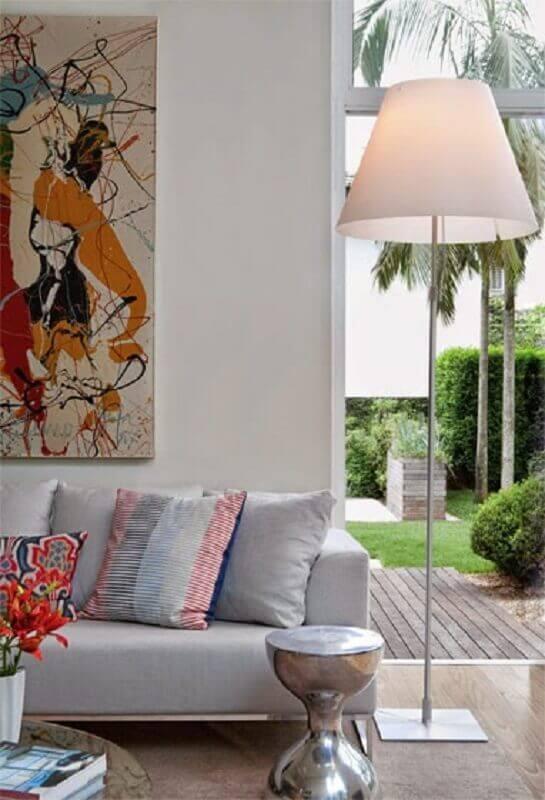 sala de estar moderna decorada com quadro colorido e abajur de pé alto Foto Pinterest
