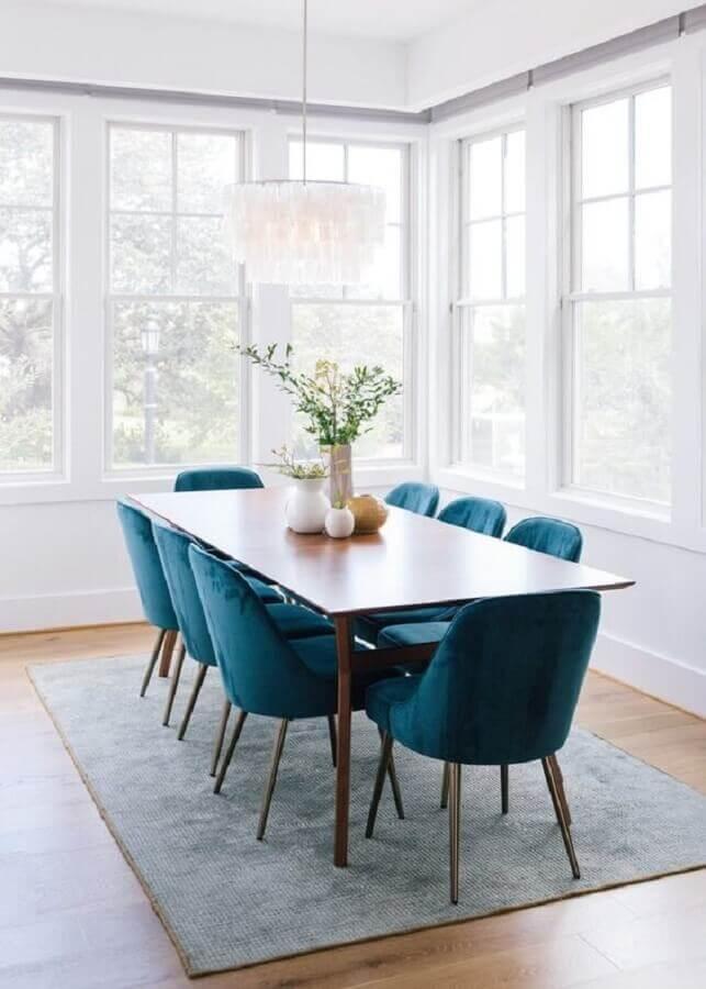 sala de jantar branca decorada com cadeira azul marinho Foto west elm