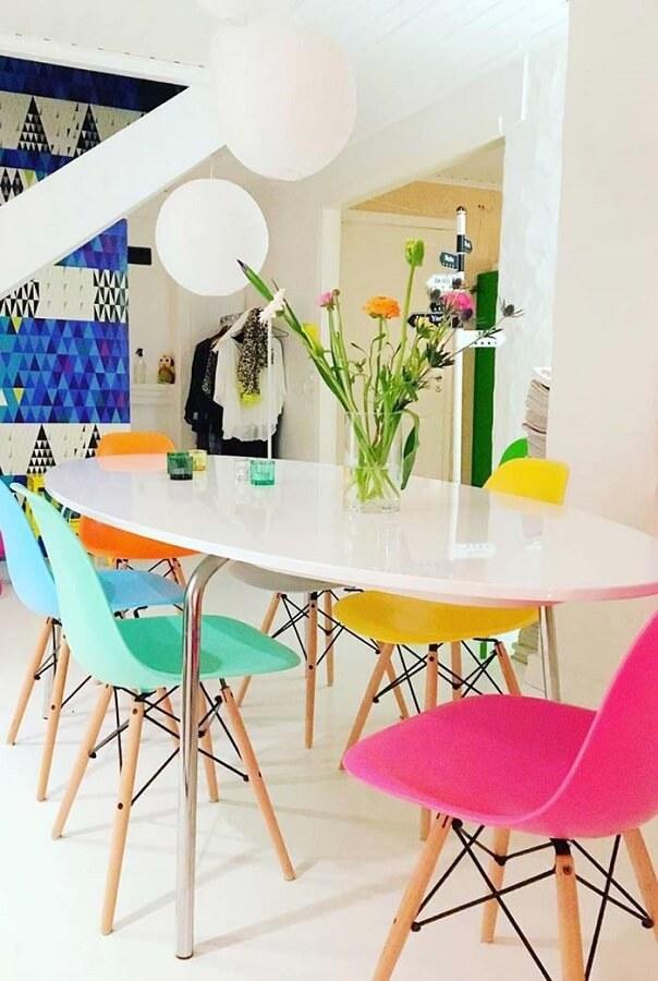 Sala de jantar branca decorada com cadeira verde água rosa e amarela Foto Pinterest