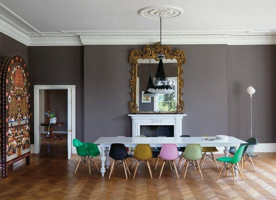 sala de jantar cinza grande decorada com cadeira eames verde Foto Pinterest
