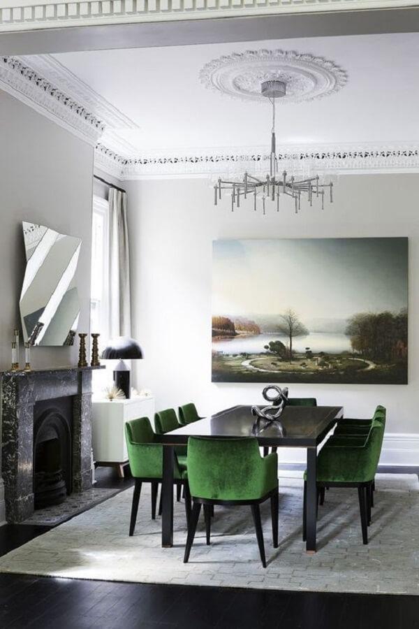sala de jantar com lareira decorada com cadeira veludo verde Foto Casa Très Chic