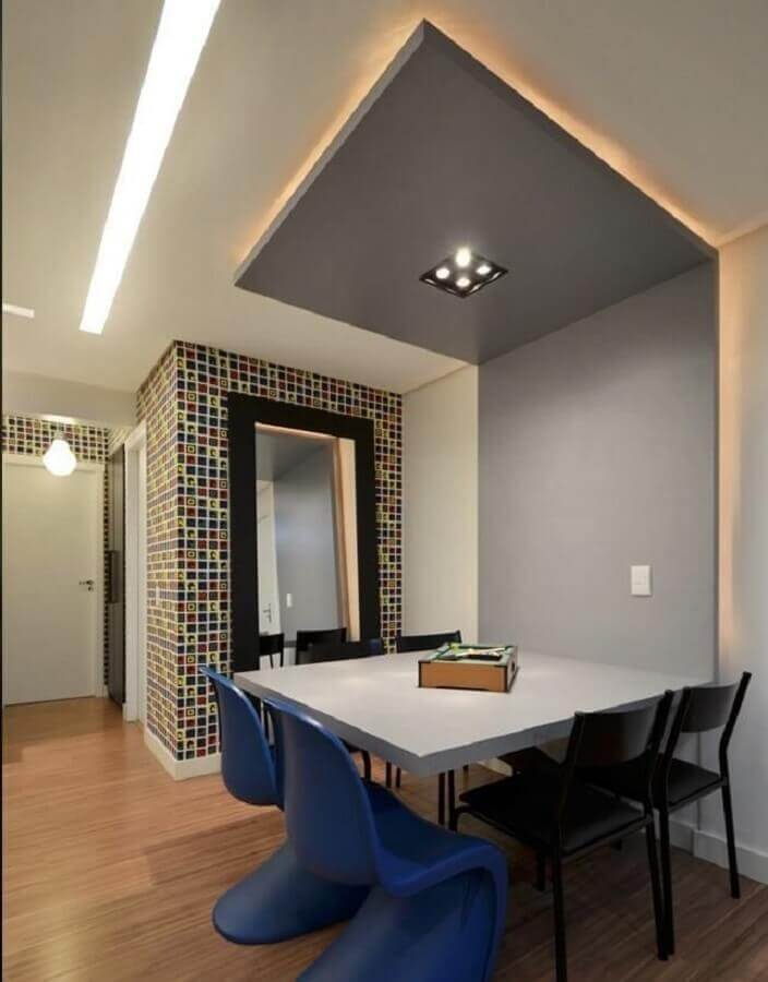 sala de jantar decorada com mesa com cadeiras azul e preta Foto Pinterest