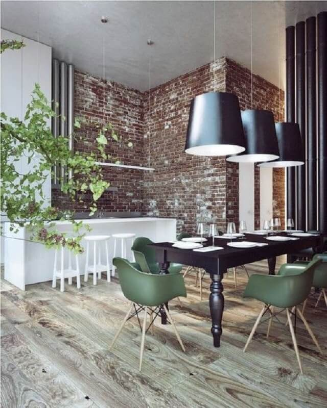 sala de jantar estilo industrial decorada com luminária preta e cadeira eames verde Foto Futurist Architecture