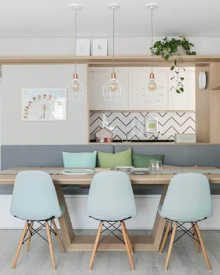 sala de jantar moderna decorada com luminária aramada e cadeira azul claro Foto Dicas de Mulher