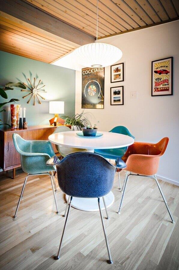 sala de jantar simples decorada com cadeira azul e mesa redonda branca Foto Archidea