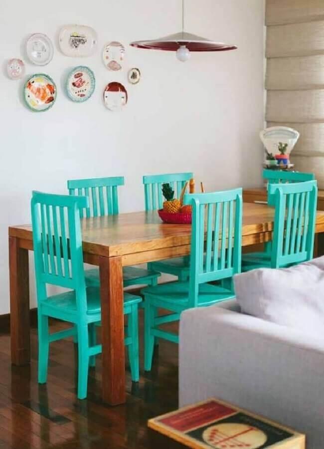 sala de jantar simples decorada com cadeira azul turquesa para mesa de madeira Foto Pinterest