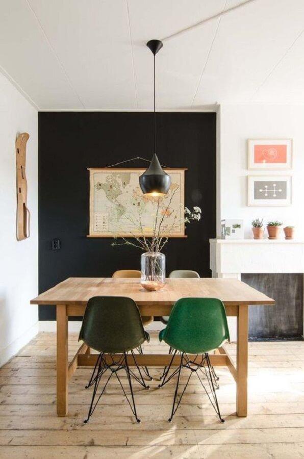 Sala de jantar simples decorada com cadeira verde e mesa de madeira  Foto Pinterest